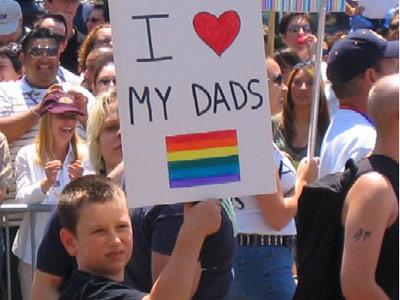 Un niños muestra una pancarta durante una manifestación por el derecho de los gays a la adopción, en holanda.