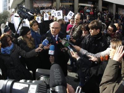 Carlos Carnicer, presidente de la Abogacía, atiende a los medios durante la protesta contra las tasas el pasado día 12/EFE
