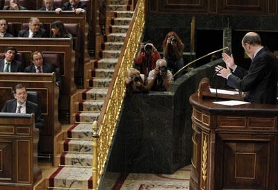 Alfredo Pérez Rubalcaba se dirige a Mariano Rajoy desde la tribuna del Congreso.