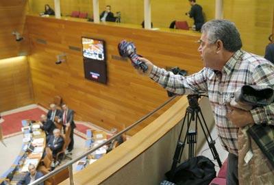 Un afectado por las preferentes grita desde la tribuna de público a los parlamentarios gallegos. EFE