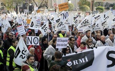 Varios miles de personas recorren este mediodía algunas calles del centro de Madrid en una marcha bajo el lema 'SOS Discapacidad-Derechos, Inclusión y Bienestar a Salvo'.
