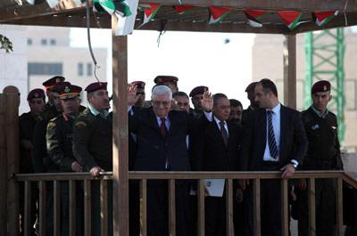 Mahmud Abás saluda a los miles de palestinos que le han aclamado en Ramala, Cisjordania. -