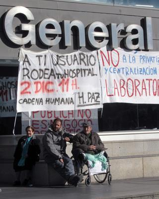 Pancartas de protesta a las puertas del Hospital Universitario de La Paz.