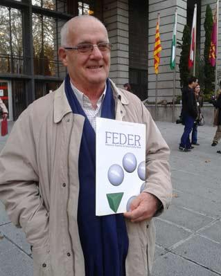 Justo Herranz, delegado de la Federación Española de Enfermedades Raras (FEDER), posa a las puertas del Ministerio de Sanidad.