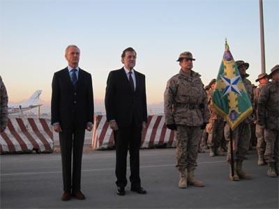 El presidente del Gobierno, Mariano Rajoy, junto al ministro de Defensa, Pedro Morenés, nada más llegar al aeropuerto de Kabul.