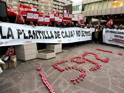 Cientos de empleados de Caja3 rechazan los despidos de la reestructuración bancaria, en Zaragoza. EFE/Archivo