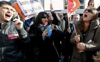 Manifestantes en protesta por los despidos en las entidades nacionalizadas.