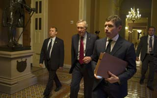 El senador demócrata Harry Reid entrando al Capitolio en Washington para buscar el acuerdo antes del 'abismo fiscal'.