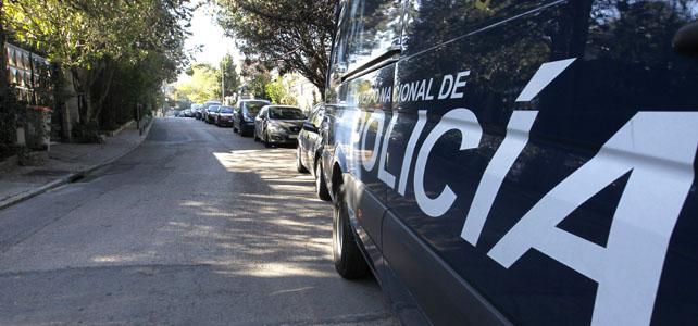 Un furgón policial en las inmediaciones del domicilio de Díaz Ferrán, en Madrid.