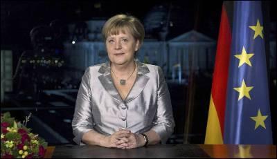 Merkel posa para los fotógrafos tras su discurso de fin de año.