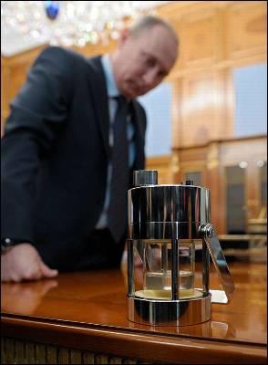 Putin observa el agua amarillenta. AP