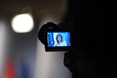 En el visor de la cámara, la ministra de Empleo y Seguridad Social, Fátima Báñez, durante la presentación de la reforma laboral. Fernando Sánchez