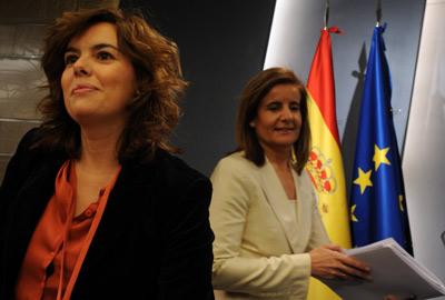 La vicepresidenta Soraya Sáenz de Santamaría junto a la ministra de Empleo, Fátima Báñez, ayer. -