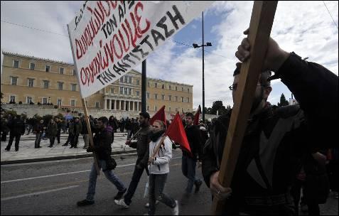 Manifestantes marchan a las puertos del Parlamento.