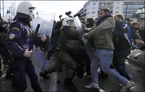 La policía carga contra los manifestantes.