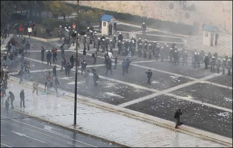 Decenas de miles de personas en la manifestación contra los recortes en Atenas.