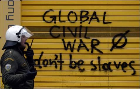 Un policía antidisturbios frente a una pintada que reza: 'guerra civil global'.