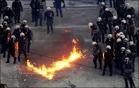 Un cóctel molotov explota entre las fuerzas griegas.