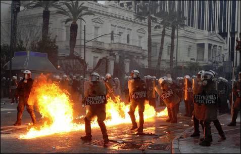 La policía griega repele a los manifestantes, que lanzan cócteles molotov.