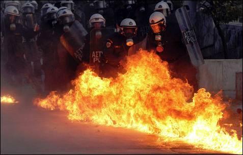 Un cóctel molotov explota junto a la policía griega.