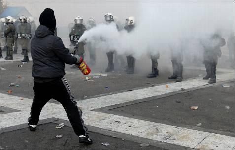 Un manifestante se enfrenta a las fuerzas griegas.