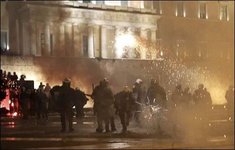 Fuegos artificiales y proyectiles explotan en la plaza Syntagma.