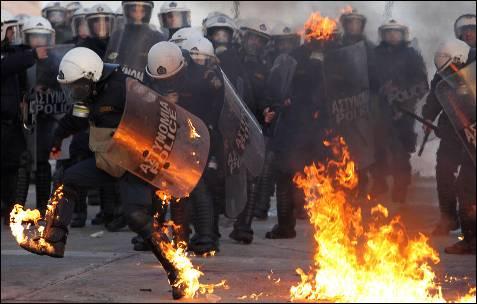 Un agente antidisturbios arde en llamas.