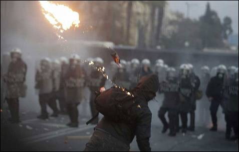 Un manifestante lanza un cóctel molotov contra la policía.