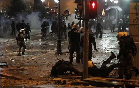 Los policías no pueden contentener a los manifestantes.
