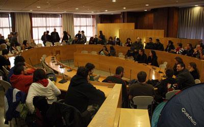 Estudiantes y docentes, ayer en el consejo de gobierno de la UAB.-