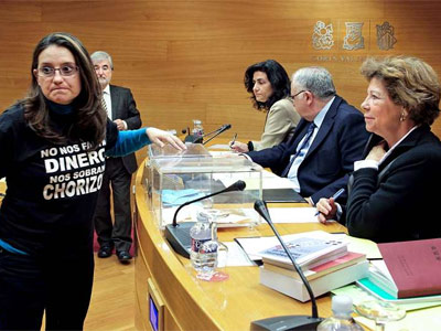 La diputada de Compromís, Mónica Oltra, luce la misma camiseta por la que fue expulsada ayer por la mañana en el pleno de Les Corts. EFE/Manuel Bruque.