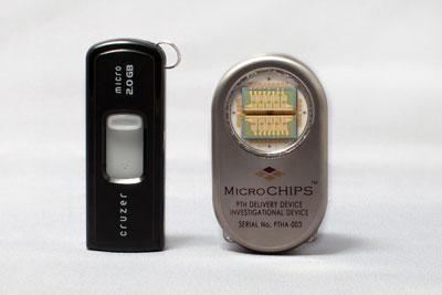 El chip desarrollado por microCHIPS, junto a una memoria USB. science