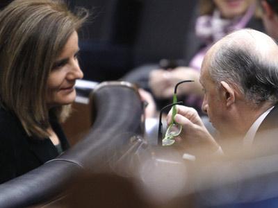 Fátima Báñez y Cristóbal Montoro, ayer, en el Congreso. EFE