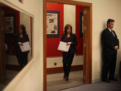 La vicepresidenta del Gobierno, Soraya Sáenz de Santamaría, a su llegada ayer a la rueda de prensa posterior al Consejo de Ministros.-Miguel García