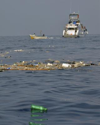 Desechos plásticos flotan en aguas del océano Índico.-