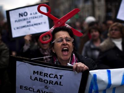 Una mujer, durante la protestar ayer por las calles de Barcelona. AP / EMILIO MORENATTI