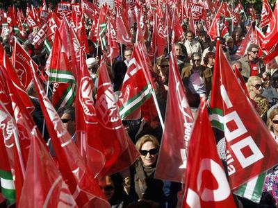 Un mar de banderas inundó el centro de Sevilla, ayer, en protesta por la reforma laboral impuesta por el Gobierno del PP. Laura León