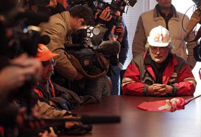 Un delegado sindical de los obreros de la planta de Arcelor-Mittal en Florange comparece ante la prensa.-