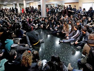 Varios centenares de estudiantes celebran una asamblea en la facultad de Geografia e Historia para analizar las cargas policiales en Valencia. EFE