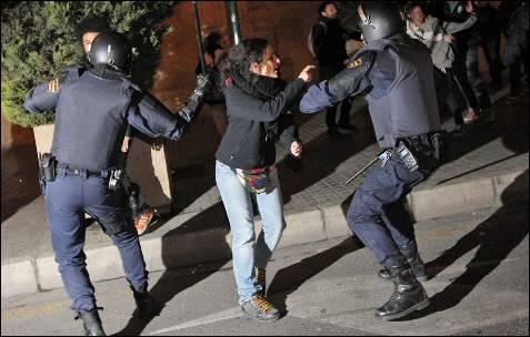 Cientos de manifestantes se han reagrupado en el entorno del Instituto Lluís Vives de Valencia para protestar por las cargas policiales de esta tarde y se han producido nuevos enfrentamientos entre estudiantes y agentes antidisturbios. Kai Försterling (EFE)