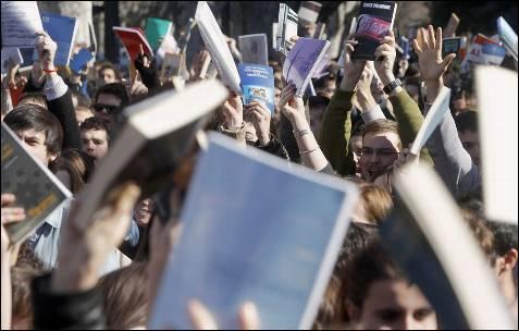Miles de personas protestan con libros en mano contra la violencia policial en la concentración más multitudinaria de los últimos días en Valencia.