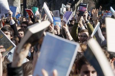 Los manifestantes protestan con libros en alto contra la violencia policial en Valencia. -EFE