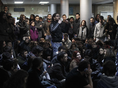 Asamblea de manifestantes en la facultad de Geografia e Historia de Valencia en la noche del lunes al martes. JUAN NAVARRO