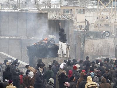 Los manifestantes quemaron el quiosco que aparece en la imagen, situado junto a la base de Bagram. M. Sadeq / AP