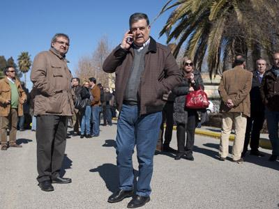 El diputado socialista José Antonio Viera habla por teléfono, en una imagen de archivo. Laura León