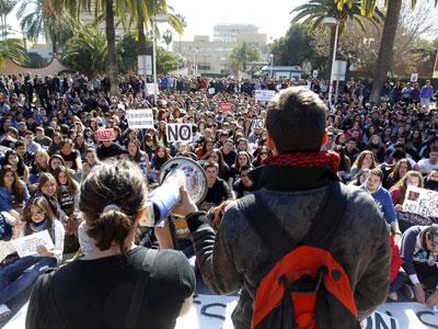 Concentración de estudiantes frente a la Conselleria de Eduación.