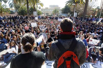 Unas 300 personas participaron en una asamblea en el patio de la Conselleria d'Educació valenciana.