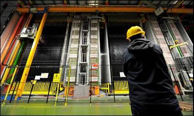 Un operario observa la pared del experimento OPERA, en Italia.- AP