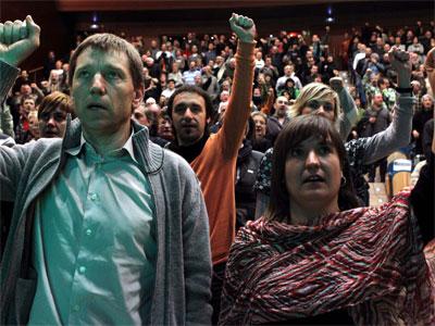 Los dirigentes de la izquierda abertzale, Maribi Ugarteburu (d), y Rufi Etxeberria (i), durante el acto. EFE