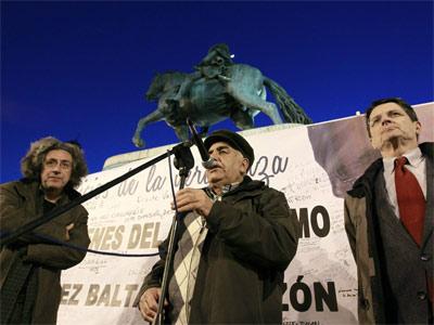 El portavoz de la plataforma Solidarios con Garzón, Jordi Gordon, el abogado Manuel de la Rocha y Julián Rebollo - EFE